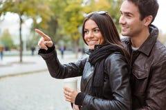 Femme indiquant le doigt loin son ami dehors Images libres de droits