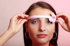 Femme infantile puérile mettant le bandeau Désirer ardemment pour l'enfance photos libres de droits