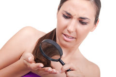 Femme inquiété pour son cheveu Photos libres de droits