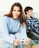 Femme inquiétée avec l'essai de grossesse Images stock