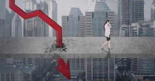 Femme inquiétée d'affaires avec la flèche rouge en baisse clips vidéos