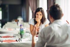Femme inquiétée doutant, ayant des problèmes de relations Prise d'une décision Errer, ennuyé, conversation de écoute photos libres de droits