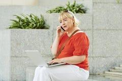 Femme inquiétée faisant l'appel téléphonique image stock