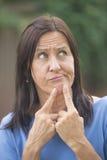 Femme inquiétée par portrait extérieure  Photo stock