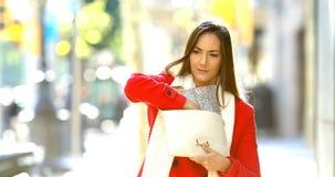 Femme inquiétée recherchant dans un sac à main dans la rue clips vidéos
