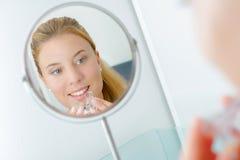 Femme insérant la garde de bouche photo stock