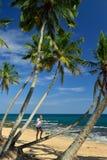 Femme insouciante détendant sur la plage tropicale Image stock