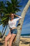 Femme insouciante détendant sur la plage tropicale Images stock