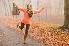 Femme insouciante de mode détendant en parc d'automne Photographie stock libre de droits