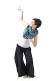 Femme insouciante espiègle heureuse dirigeant le doigt vers le haut du geste Images stock