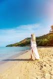 Femme insouciante heureuse sur la plage Photos stock