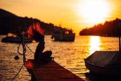 Femme insouciante sensuelle d'été appréciant des vacances Effort de bord de la mer moins de mode de vie Voyageur convenable appré photographie stock