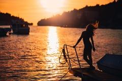 Femme insouciante sensuelle d'été appréciant des vacances Effort de bord de la mer moins de mode de vie Voyageur convenable appré photographie stock libre de droits