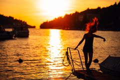 Femme insouciante sensuelle d'été appréciant des vacances Effort de bord de la mer moins de mode de vie Voyageur convenable appré images libres de droits