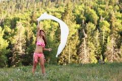 Femme insousiant jouant dans le vent Image stock
