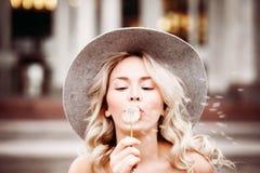 Femme insousiante à l'extérieur Modèle blond avec la fleur Images libres de droits