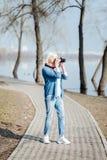 Femme inspirée prenant des photos en parc Photos libres de droits
