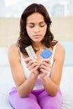 Femme intéressée regardant la contraception image stock