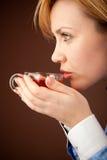 Femme intellectuel détendant avec du thé chaud images libres de droits
