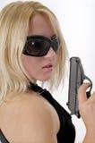 Femme intense avec le canon noir image stock
