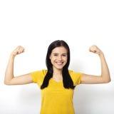 Femme intense Belle fille lui montrant la muscularité, regardant l'appareil-photo photo stock