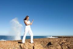 Femme intense et confiante au fond d'océan photographie stock