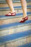 Femme intensifiant un escalier photographie stock
