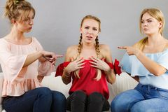 Femme intimidé par deux femelles images libres de droits