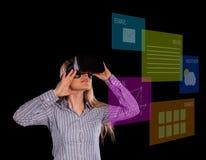 Femme intriguée dans le casque de port de la réalité virtuelle 3D de chemise grise Photographie stock