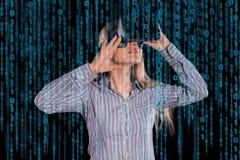 Femme intriguée dans le casque de port de la réalité virtuelle 3D de chemise grise Image libre de droits