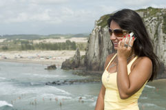 Femme invitant la plage Photos libres de droits