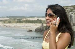 Femme invitant la plage Images stock