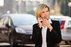 Femme invitant le téléphone photographie stock