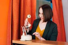 Femme invitant un rétro téléphone Images libres de droits
