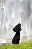 Femme islamique à l'aide d'un smartphone Images stock