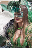 Femme italienne avec du charme dans la robe verte vénitienne de masque de costume photographie stock libre de droits