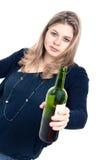 Femme ivre avec la bouteille de vin Photographie stock libre de droits