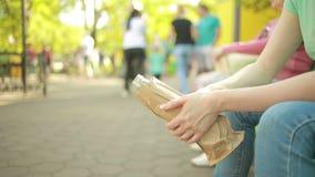 Femme ivre dans la rue clips vidéos