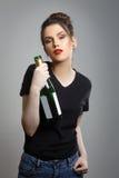 Femme ivre tenant la bouteille photographie stock libre de droits