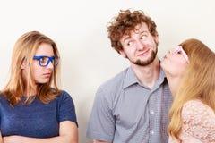 Femme jalouse avec les couples heureux Photo stock