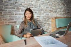 Femme japonaise avec utiliser le pavé tactile Images stock
