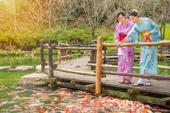 Femme japonaise devant l'étang d'eau Photographie stock
