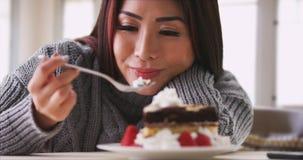 Femme japonaise mangeant le gâteau à la maison Images libres de droits