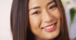 Femme japonaise souriant et regardant l'appareil-photo photographie stock