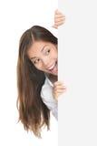 Femme jetant un coup d'oeil le signe Photo libre de droits