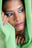 Femme jetant un coup d'oeil par le rideau Photographie stock