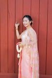 Femme/jeune mariée thaïlandaises dans le costume thaïlandais de mariage Image stock
