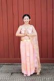 Femme/jeune mariée thaïlandaises dans le costume thaïlandais de mariage Photos libres de droits