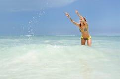 Femme jouant à la plage images libres de droits