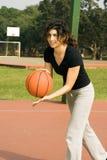 Femme jouant au basket-ball - pH verticalement encadré Photo stock